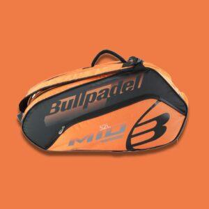 Bullpadel Mid Capacity Orange/Black är en praktisk padelväska i snygg design från BULLPADEL där du får plats med all din utrustning